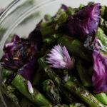 Chou rouge et asperges grillés en salade
